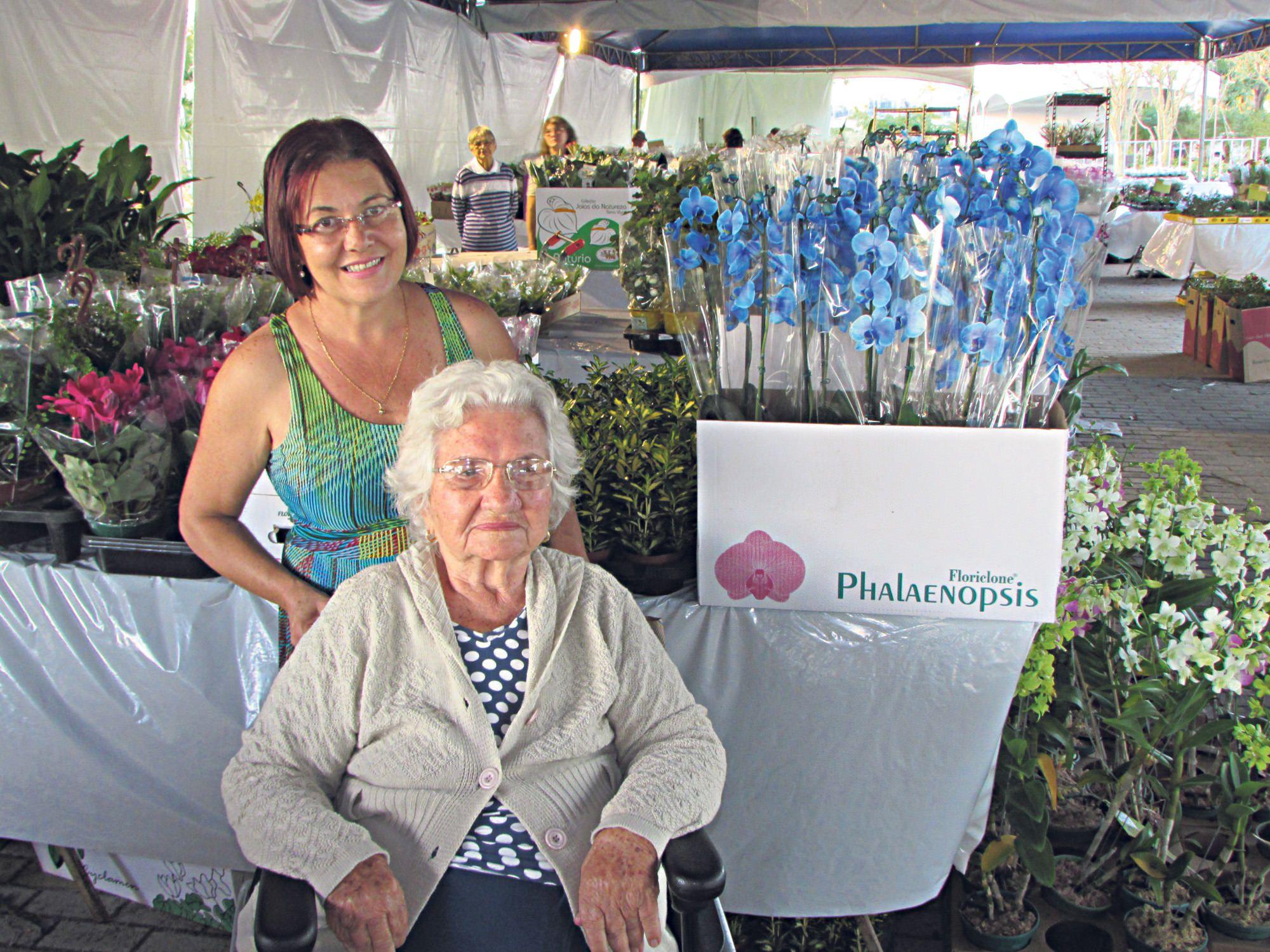 dona gercy e eliana ao lado da surpreendente orquídea azul uma das atrações da exposição