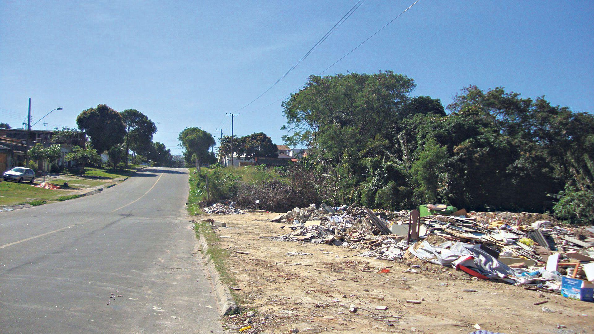 o lixão degrada a área verde que protege nascentes da jacuném