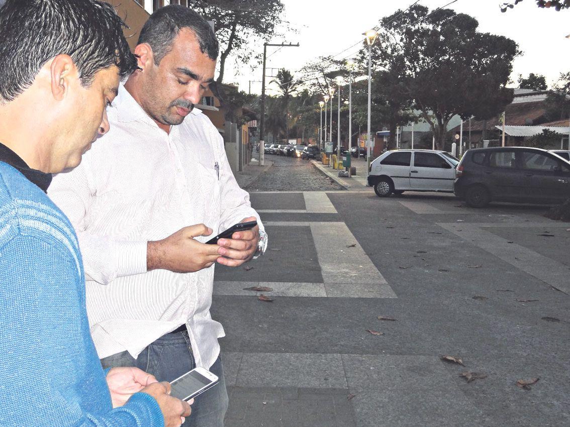 o soldado pontes com o líder comunitário guilherme cerca de 100 moradores já aderiram à iniciativa