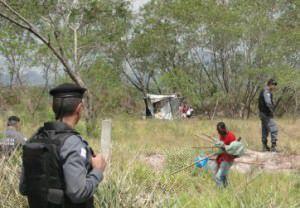 Uma centena de policiais retira invasores  de área de 2 milhões de M² na Serra