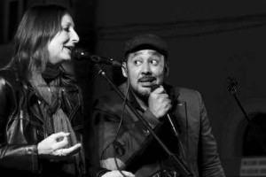 Cristiana Abbate e Marcos CP cantando juntos na Itália