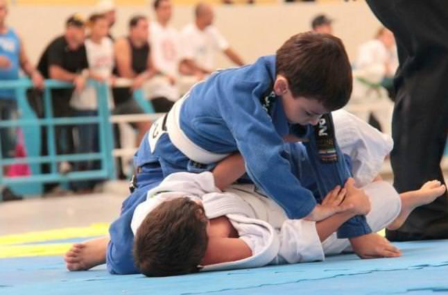 crianca lutando jiu jitsu