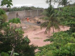 Apesar da área estar embargada, homens trabalhavam no local na manhã desta terça (21). Foto: Anderson Soares