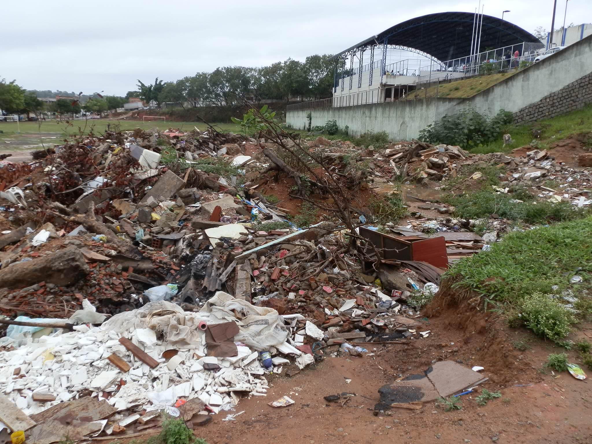 Entulho e lixo em Planalto Serrano