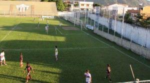 As categorias de base do clube seguem usando o espaço para treinamentos e jogos. Foto: Bruno Lyra