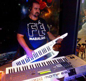 O professor Lúcio Jr. é um dos músicos que se apresentam no local. Foto: Divulgação