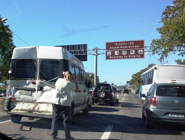 Engavetamento envolvendo um ônibus e 4 veículos hoje (04) cedo na Serra.