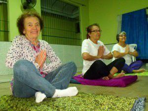 Idosas praticando yoga no Clube da Boa Convivência de Laranjeiras. Foto: Bruno Lyra