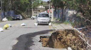 A cratera foi aberta com as chuvas do último dia 30 e atingiu calçada e muro da Cesan . Foto: Fábio Barcelos