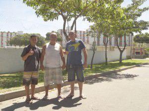 Jorge Otoni (ao centro) pede que a comunidade tenha reintegração de posse do campo. Foto: Anderson Soares