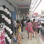 Movimento. Nem a chuva espantou os  consumidores em Laranjeiras. Foto: Fábio Barcelos