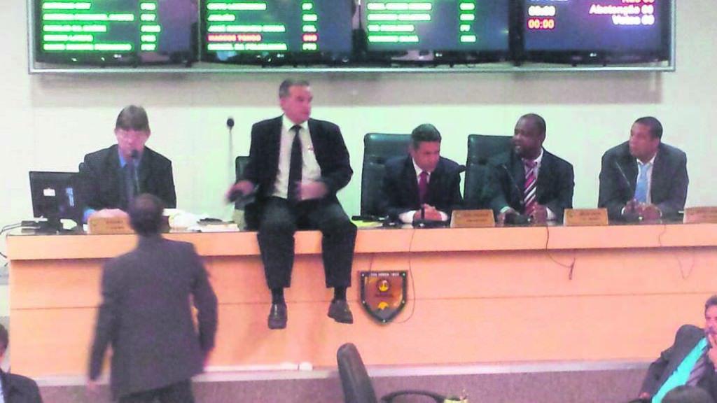 A sessão do último dia 17 de dezembro, que anulou a eleição de Neidia, terminou em confusão, com vereadores tirando a camisa em plenário, subindo na Mesa e presença da PM para acalmar os ânimos.