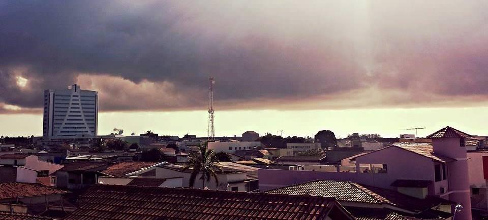 A chuva que começou a cair na Serra agora a pouco deve permanecer ao longo do dia na cidade.
