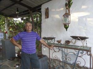 José Ricardo produz com ferro e vidro  objetos decorativos e móveis. Foto: Clarice Poltronieri