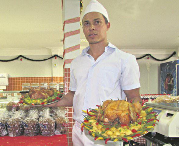 O confeiteiro Marlon dos Santos aposta na decoração do tradicional peru de Natal, tanto para a ceia do dia 24, quanto para o almoço do dia 25.