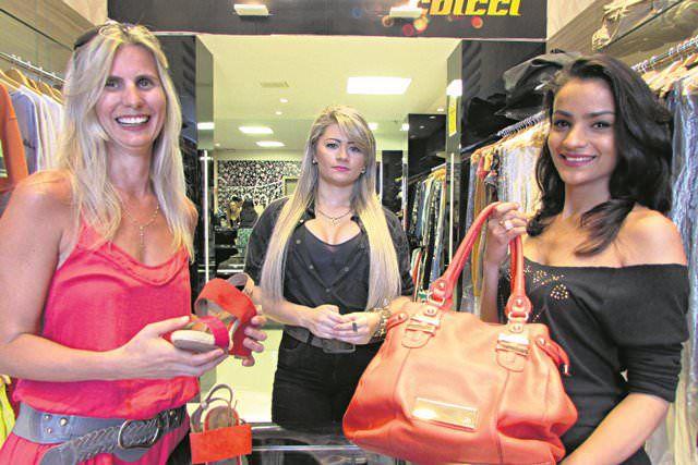 A vendedora Tatiane Figueiredo (à dir) atende a cliente Roseane Orige sob o olhar da gerente Franciele Ferrari na loja Closer Tons, em Laranjeiras. Foto: Fábio Barcelos