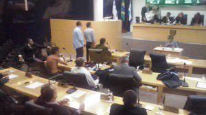 Na sessão do último dia 17 houve tumulto no plenário com vereador ficando sem camisa, tirando o paletó, rasgando o projeto e subindo na mesa diretora. Foto: Conceição Nascimento