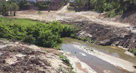 Obras públicas e aterros privados vêm piorando a situação do córrego. Foto: Bruno Lyra
