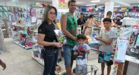 A família de Diovanni Hoehene: pesquisa de preço é atenção na hora da compra. Foto: Fábio Barcelos