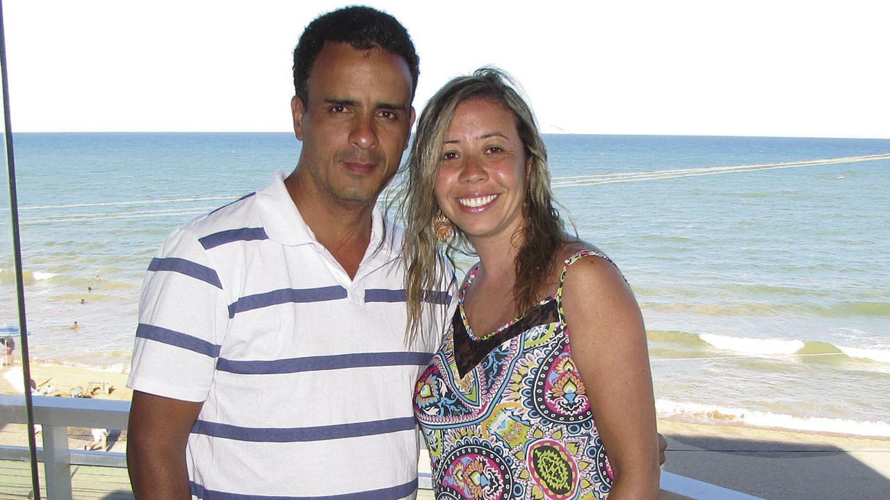 O casal de turistas mineiros Wagner Rodrigues e Renata dos Santos curte o verão na sacada do Inter Hotel, na orla de Jacaraípe. Foto: Fábio Barcelos