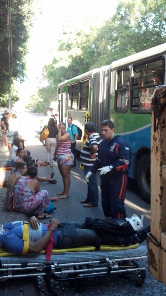 Algumas pessoas precisaram de atendimento no local do acidente. Foto: Leonardo Majevsk
