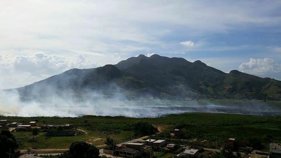 O fogo acontece nas camadas de turfa existentes entre os bairros da Serra e o Mestre Álvaro. Foto: Divulgação/Internauta