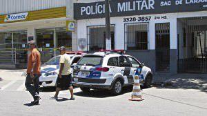 Carros de corporação estacionados em frente ao destacamento de Laranjeiras. Foto: Fábio Barcelos