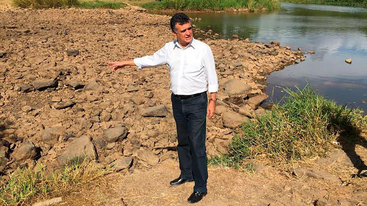 Audifax às margens do leito seco do Santa Maria. Toda a água do rio está sendo captada. Foto: Divulgação PMS