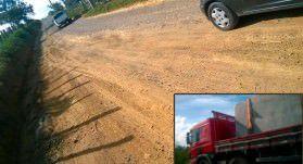 A estrada de acesso à localidade está danificada, segundo moradores por causa do excesso de peso das carretas. No detalhe veículo transportando pedras. Foto: Sirléia Rocha