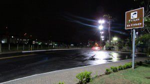 O estupro aconteceu no terreno baldio à esquerda, em frente à entrada principal do parque. Foto: Bruno Lyra