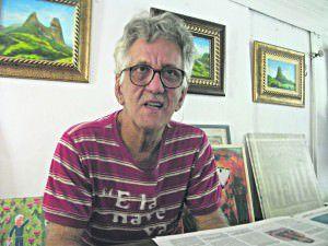 Kléber Galveas em seu atelier na Barra do Jucu, em Vila Velha: há dezenove anos o artista coleta o minério de ferro do ar em uma tela branca onde faz instalações que denunciam a poluição atmosférica do complexo de tubarão na Grande Vitória. Foto: Bruno Lyra