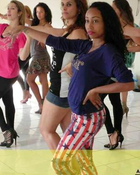 A professora de dança Mariany Alves orienta a zumba aliada à musculação. Foto: Reprodução Facebook.