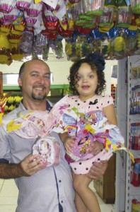 O pai  Leonardo Tesch deixa a pequena Sara feliz com os ovos de chocolate. Foto: Fábio Barcelos