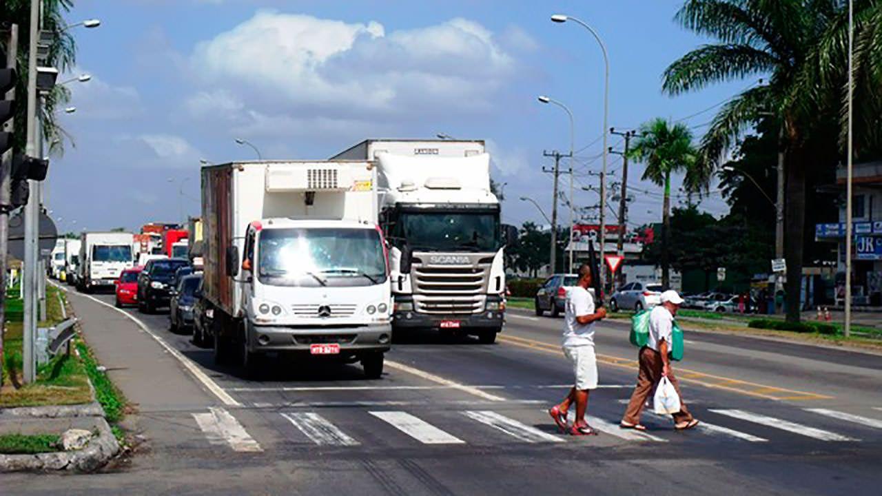 Pedestres atravessam semáforo próximo ao viaduto de Carapina. Foto: Bruno Lyra