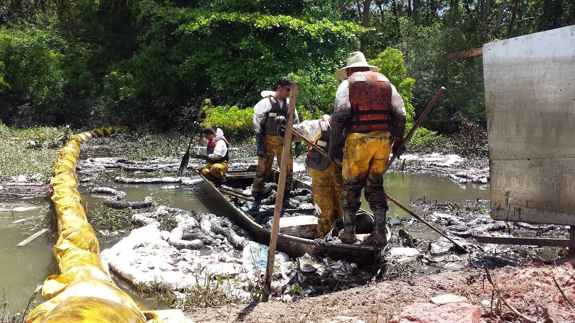 A lagoa Pau Brasil invadiu as casas de Hélio Ferraz II contaminada por esgoto e óleo da Vale em 30 de outubro de 2014. Foto: Bruno Lyra