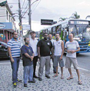 Moradores em frente à saída do bairro: pedido de alteração em semáforo e cruzamento na BR à concssionária Eco 101