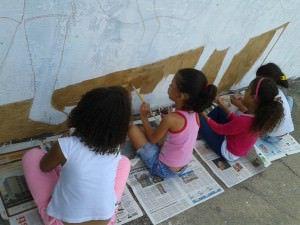 Com o resultado do projeto os alunos estão pintando o muro externo da escola. Foto: Divulgação Secretaria de Estado da Educação