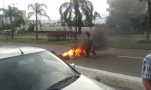 Moradores atearam fogo na pista para protestar contra a morte do jovem. Foto: Divulgação