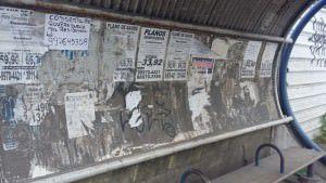 Poluição Visual. Cartazes e pichações são comum nos pontos de ônibus. Foto: Gabriel Almeida