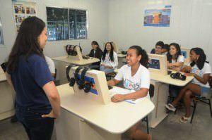 Professora dá aula em Centro de Idiomas para alunos da rede estadual. Foto: Romero Mendonça / Secom ES