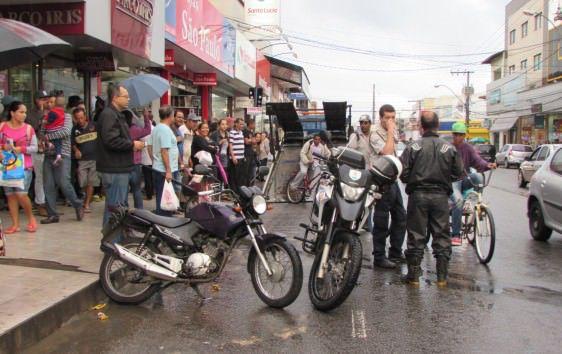 Aglomeração em volta do guincho após o impedimento da ação. Foto: Fábio Barcelos