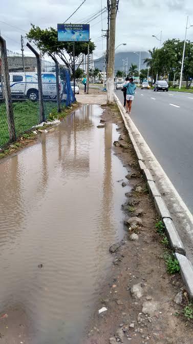 Situação da calçada na manhã desta quinta-feira (25). Foto: Thiago Albuquerque
