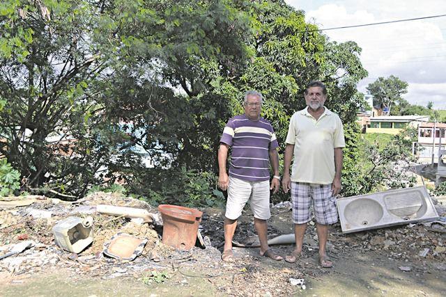 Os moradores Augusto Braz e José Amorim estão revoltados com o problema. Foto: Joatan Alves