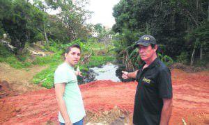 Moradores de Eldorado, Diego e Eduardo Cano reclamam de córrego poluído apesar de cobrança de taxa de esgoto na conta de água. Foto: Renato Ribeiro