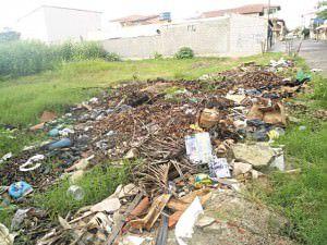 O lixão que fica na rua Guanabara recebe tudo quanto é tipo de resíduos. Foto: Divulgação / Leitor