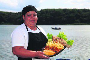 A gastronomia e a beleza cênica da lagoa viraram oportunidade para os produtores de tilápia apostarem no turismo. Foto: Edson Reis