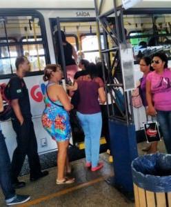 Usuários do Transcol no Terminal de Carapina na manhã desta segunda (21): atraso e onibus lotado. Foto Divulgação internauta