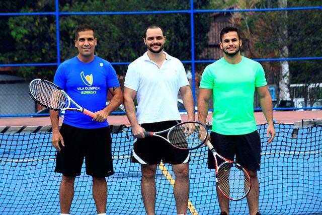 OS TENISTAS e amigos Amury, Rafael e Philipe praticam o esporte nas quadras do Parque da Cidade e da Praça Miguel Ângelo. Foto: Edson Reis