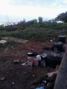 A moradora já improvisou, inclusive, um fogão de tijolos. Foto: Divulgação leitor