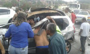 Carro capota e motorista fica ferido na Serra